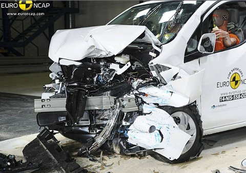 Her smeller Nissan e-NV200 inn i krasjhindringen hos Euro NCAP - og det går ikke særlig bra.