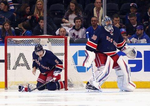 EN TUNG DAG PÅ JOBB: Dan Girardi og Henrik Lundqvist fortviler etter at Montreal Canadiens har scoret mål. Ett av mange.