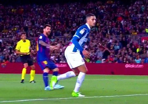 MÅLHUMØR: Lionel Messi ser sin tredje scoring passere Espanyol-forsvaret og videre i nettet i lørdagens Barcelona-derby.