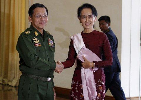 Den mektige hærsjefen Min Aung Hlaing har nå tatt makten i Myanmar. Her er han avbildet med Aung San Suu Kyi i 2015.