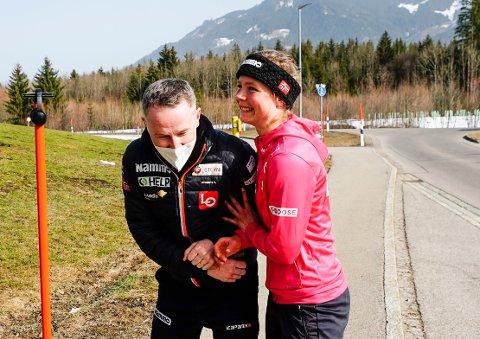 Skihopper Maren Lundby og trener Christian Meyer etter pressekonferansen under VM på ski i Oberstdorf. Foto: Lise Åserud / NTB