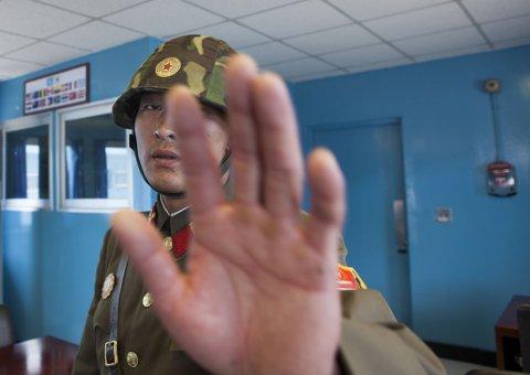 IKKE POPULÆRT: En soldat prøver å stoppe den franske fotografen Eric Lafforgue i å ta bilde av han. Bildene Lafforgue tok har ført til at han har blitt utestengt på livstid av nordkoreanske myndigheter.