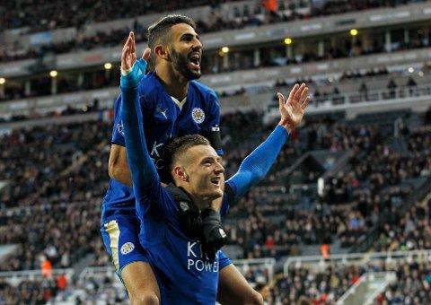 FOR HISTORIEBØKENE: Jamie Vardy og Riyad Mahrez feirer førstnevntes historiske mål borte mot Newcastle på en ny jubeldag for Leicester.