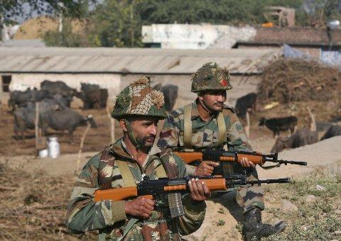 Indiske soldater holder vakt ved militærbasen i Pathankot. Til sammen elleve mennesker er drept i et angrep mot basen det siste halvannet døgnet.