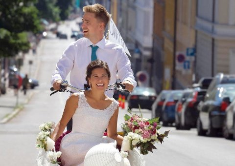 GRØNN LYKKE: Brudeparet strålte i Oslos gater lørdag 7. juli.
