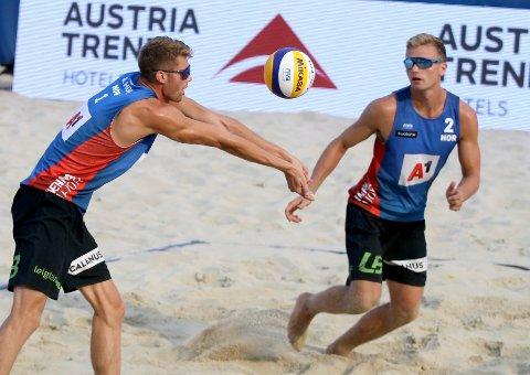 NY SEIER: Anders Mol (til venstre) og Christian Sørum vant nok en finale i sandvolleyball. Lørdag vant de verdensseriefinalen i Hamburg.