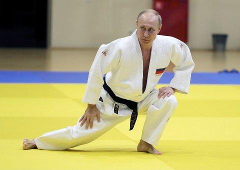 Russlands president Vladimir Putins opplever et fall i populariteten utenom det vanlige på hjemmebane i forkant av hans årlige tale om rikets tilstand. Dette bildet av Putin ble tatt i forrige uke da han deltok på en trening med det russiske judo-landslaget i Sotsji