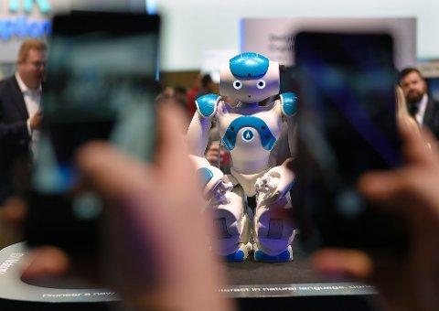 POPULÆR ROBOT: Besøkende flokker seg rundt IBMs Watson-robot på en teknologikonferanse i Barcelona.