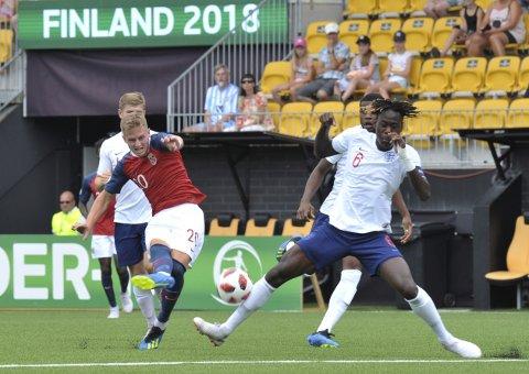 Norges G19-landslag, her ved Simen Bolkan Nordli, i aksjon mot England i EM-sluttspillet i 2018. For annet år på rad blir det ingen EM-turneringer for gutte-, jente- og juniorlandslag. Foto: Juha Harju / Lehtikuva / NTB