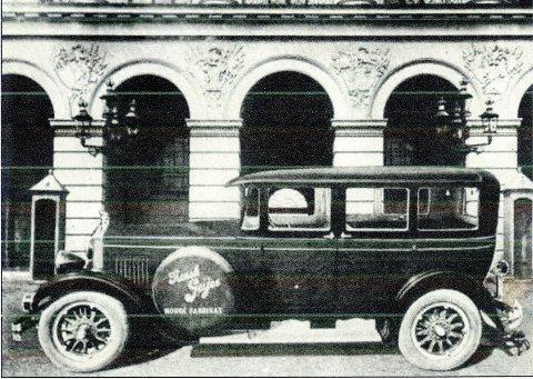 Et praktfullt bilde av en åttesylinderet Geijer-modell fra 1928 foran slottet. Bildet er fra «Mer gammelt enn nytt» fra nr. 1, årgang 11. Vålerenga Historielag. Kronprins Olav prøvekjørte bilen, men det ble ingen handel. KLIKK PÅ BILDET FOR Å SE NESTE BILDE