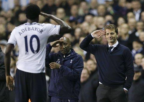 ADJØ: Bildet fra april viser manager Tim Sherwood som hilser til Emmanuel Adebayor, etter at sistnevnte scoret for Tottenham mot Sunderland på White Hart Lane. Denne uken måtte Sherwood forlate jobben i klubben.