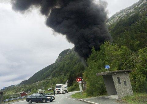 En tankbil med rundt 16.000 liter bensin har kjørt i en fjellvegg i Skatestraumtunnelen i Bremanger og eksplodert onsdag formiddag.
