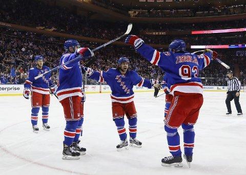 TOK LEDELSEN: Mats Zuccarello (i midten) styrte inn 1-0 for New York Rangers mot New York Islanders.