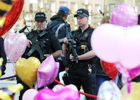 Britisk politi har pågrepet enda en mistenkt etter bombeangrepet i Manchester for en uke siden. En 23 år gammel mann ble mandag pågrepet sør i England. Bildet viser væpnet politi på plass ved St. Anns Square i Manchester mandag.
