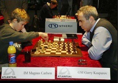 2004: 13 år gamle Magnus Carlsen fra Norge spiller remis i et parti mot verdens beste sjakkspiller Garry Kasparov i Reykjavik i 2004.