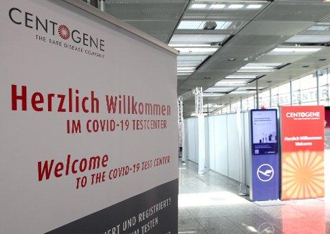 ØNSKER VELKOMMEN: Reisende via Frankfurt am Main ble møtt av dette skiltet foran et testsenter for koronavirus, som firmaet Centogene står bak. Senteret, der du kan bli testet på timen, ble åpnet 29. juni.