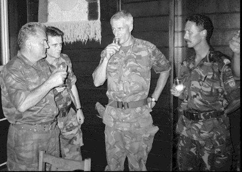 General Ratko Mladic (t.v.) i landsbyen Potocari i nærheten av Srebrenica i Bosnia i 1995. På bildet er også Thom Karremans, som ledet nederlandske FN-styrker i Srebrenica. Foto: AP / NTB scanpix