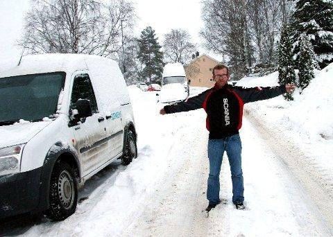 Ole Kristian Sårheim, her i Myrerveien for et par uker siden, er oppgitt over vinterens snørydding.