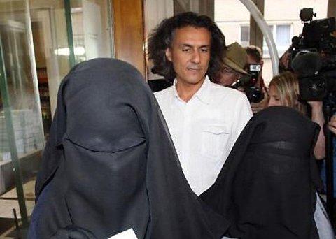 BETALE BØTER: Den fransk-algeriske forretningsmannen Rachid Nekkaz sier han vil nøytralisere et eventuelt dansk burkaforbud ved å betale bøter kvinner får.