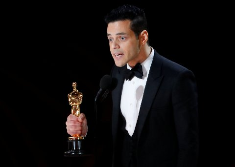 FIRE PRISER: Queen-filmen «Bohemian Rhapsody» stakk av med fire priser. Her mottar Rami Malek for beste mannlige skuespiller.
