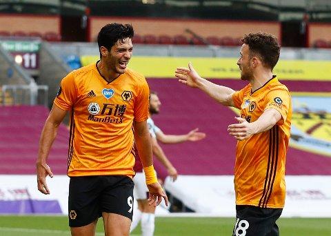Raul Jimenez feirer scoringen sin mot Burnley sammen med lagkamerat Diogo Jota.