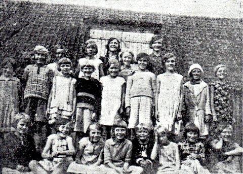 VED MJØSA: Nordstrandsjenter på feriekoloni. 52 barn var på en gård ved Mjøsa. Feriekolonikomiteen engasjerte 2 patruljeførere til å passe på barna, frk Fjeldstad til guttene og Molla Nyhus til pikene. Bildet er fra Nordstrands Avis fra 24. juni 1932.
