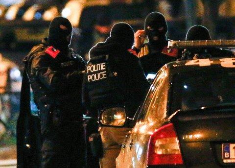 Belgisk politi jakter nå på to nye mistenkte i forbindelse med terrorangrepene i Paris i november.