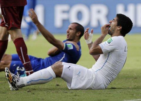BESKYTTES: Luis Suarez tas i forsvar av Barcelona.