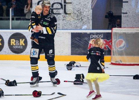 GIR SEG: Christian Dahl-Andersen skal prioritere tida annerledes når inneværende sesong med Stavanger Oilers er ferdigspilt. Her avbildet i 2015, fra feringen av et av de mange NM-gullene han har vunnet med Oilers.