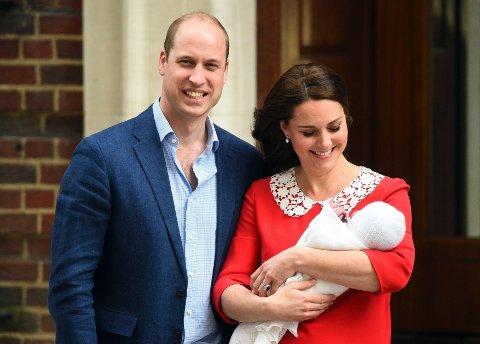 FØDTE EN GUTT: Hertuginne Kate og prins William ble mandag formiddag foreldre til en liten gutt. Her er de med sin nye sønn.