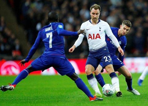 STADIG PÅ RYKTEMØLLA: Tottenhams offensive midtbanestjerne Christian Eriksen, her i aksjon mot Chelseas N'Golo Kante og Jorginho nylig.