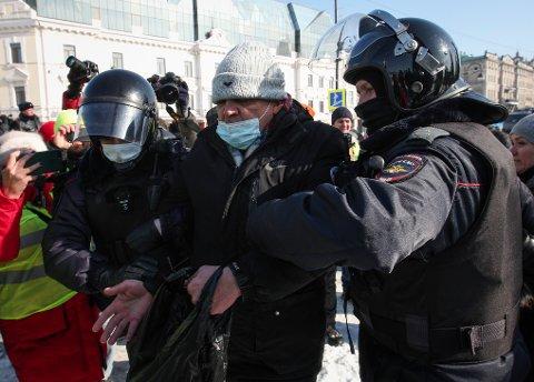 En mann pågripes av politiet under protesten mot fengslingen av Aleksej Navalnyj i Vladivostok søndag. Foto: Aleksandr Khitrov / AP / NTB