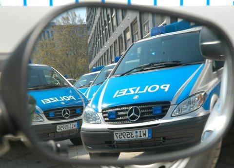 ELITESTYRKE OPPLØST: Avsløringene av høyreekstreme koblinger i Frankfurt-politiet førte til at en elitestyrke ble oppløst. Bildet viser politibiler i Frankfurt i 2005.
