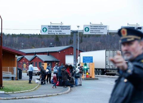 En gruppe asylsøkere som har kommet over Storskog grensekontrollsted utenfor Kirkenes. Foto: Vidar Ruud / NTB scanpix