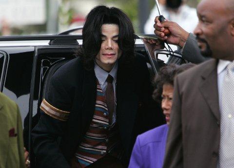 Michael Jackson på vei ut av en bil under rettssaken mot ham i 2005 der han var anklaget for seksuelle overgrep mot barn og servering av alkohol til mindreårige.