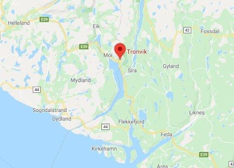 En person omkom etter en kollisjon mellom en personbil og en lastebil på E39 ved Tronvik i Lund kommune i Rogaland. Foto: Google Maps