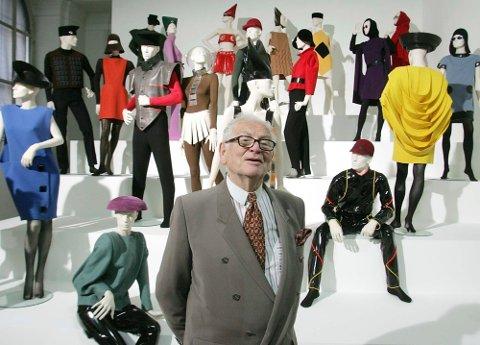 Pierre Cardin på utstillingen «Design and Fashion 1950-2005» ved kunstakademiet i Wien i Østerrike. Foto: Ronald Zak / AP / NTB
