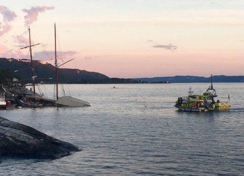 KJØRTE I FJELLVEGGEN: Charterbåten med 156 personer om bord tok inn vann og sank utenfor Nesoddtangen lørdag kveld. Alle om bord kom seg trygt i land.