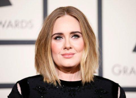 RYKTES Å HA FORLOVET SEG: Adele skal ha forlovet seg med kjæresten Simon Konecki i all hemmeighet.