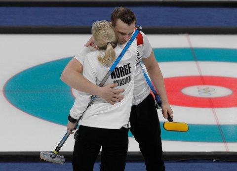 VANT: Kristin Skaslien og Magnus Nedregotten har vunnet tre av fire OL-kamper i mixed double curling.