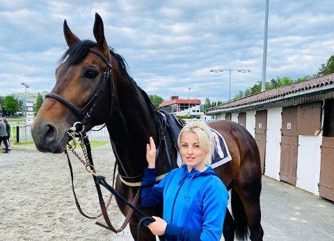 Veterinær Aja Nafstad forklarer hvorfor vi skor hester. Her med galopphesten Macjack.