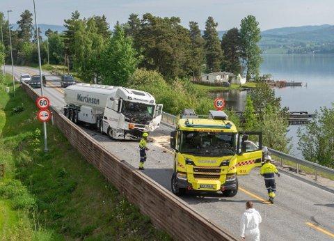 KOLLIDERTE MED TRAILER: Personbilen 22-åringen kjørte, kolliderte med en trailer på riksvei 4 utenfor Gjøvik ved 6-tida søndag 6. juni. Vogntoget kom nordfra og personbilen sørfra. Begge førerne var alene i kjøretøyene.