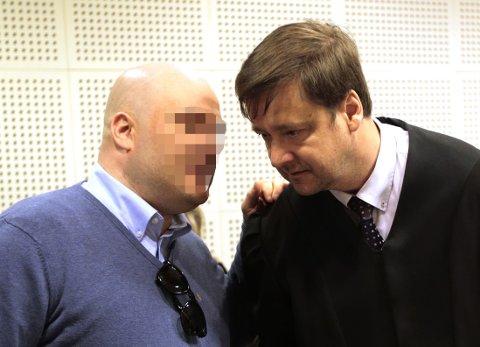 Hvis juryen i Borgarting lagmannsrett mener den tiltalte 38 år gamle mannen bortførte, drepte og dumpet Sigrid Giskegjerde Schjetne (16), må den også ta stilling til om han var psykotisk på gjerningstidspunktet. Mener juryen det, er mannen strafferettslig utilregnelig og kan ikke straffes. Tiltalte er her i samtale med sin forsvarer John Christian Elden (t.h.)