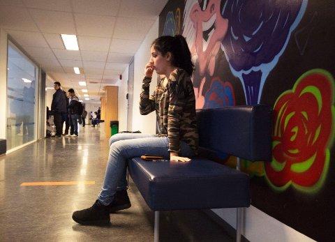 I de travle gangene på Akademiet sitter Sosiar Mahmoud (18) og forteller om livet sitt.