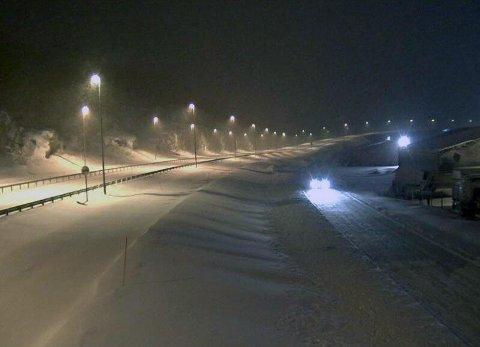 VENTER PÅ BRØYTEBIL: - Vi er klar over vanskelige kjøreforhold. Veitrafikksentralen er varslet. Brøytebil har kjørt seg fast, så det vil gå litt tid før det er brøytet, lød meldingen fra politiet i Nordland lørdag klokka 08. Bildet er fra riksvei 80 ved Vikan i Bodø klokka 08.30.