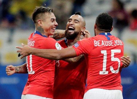 Arturo Vidal, Eduardo Vargas og Jean Beausejour feirer vilt etter å ha vunnet straffesparkkonkurransen mot Colombia. Nå venter Peru i semifinalen i natt.