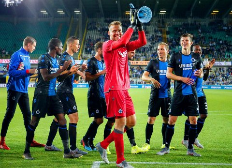 FORNØYD MED NY HVERDAG: Brugge-keeper Simon Mignolet. Her fotografert sammen med blide lagkompiser etter hjemmeseieren over Dinamo Kiev i Europa League-kvaliken forrige måned.