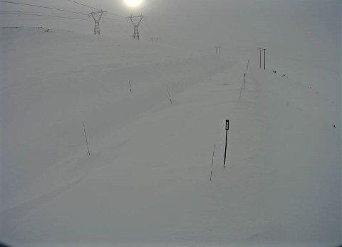 MER SNØ: På fylkesvei 50 i Vestredalen i Aurland kommune er det fredag morgen 2,8 minusgrader og 11 sekundmeter vind. Værvarselet byr på en rekke farevarsler, for snø, vind, snøfokk og snøskredfare.
