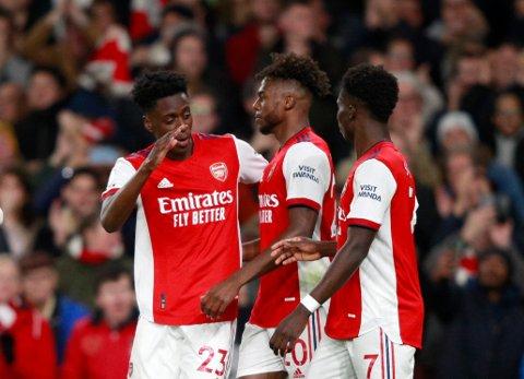 Thomas Partey blir omfavnet etter sin scoring i Arsenals seier over Aston Villa. Foto: Ian Walton / AP / NTB