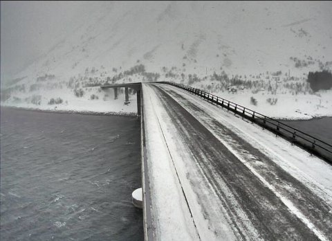 Bilde fra E10 på Gimsøybrua i Lofoten. Et polart lavtrykk skaper utfordringer og fører til flere stengte veier i Lofoten tirsdag.